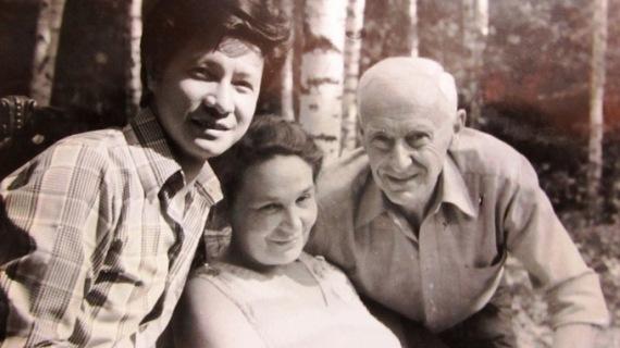 CNCT1 Đạo diễn Trần Văn Thủy (bìa trái) và người thầy lừng danh Roman Karmen tại Nga những năm 1970 - Ảnh tư liệu